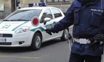 Bambini abbandonati un'ora in auto Rischio di denuncia per i genitori