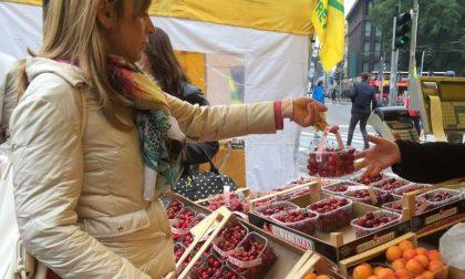 """Povertà, la prima """"spesa sospesa"""" al mercato agricolo sul Sentierone"""