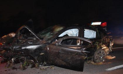 Fuga dai carabinieri su auto rubata Poi lo schianto: un morto, due feriti