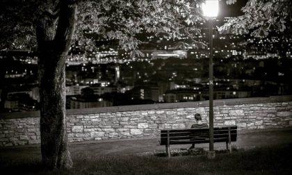 Le luci la sera, ma in bianco e nero – Roberto Riva