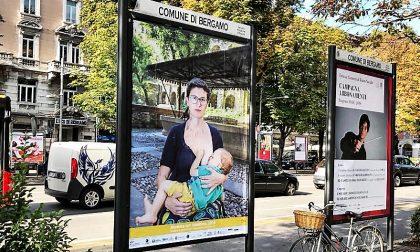 Donne che allattano in pubblico Mostra sui cartelloni della città