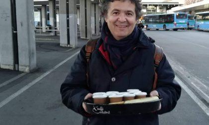 L'uomo che offre il caffè ai clochard che sono alla stazione di Bergamo