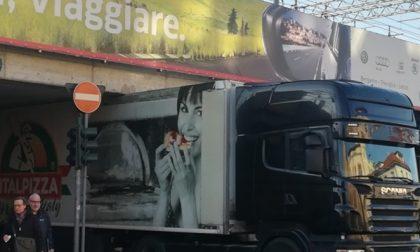 Ecco perché i camion si incastrano sotto al ponte di via Autostrada