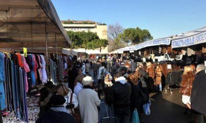 Mercato in via Spino, lo scontro tra ambulanti ribelli e Confesercenti