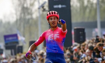 Noi nelle Fiandre con il Tricolore … e il puntino rosa là davanti vola
