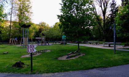 Passeggia per il parco Suardi con un fucile giocattolo in spalla: fermato dalla Polizia