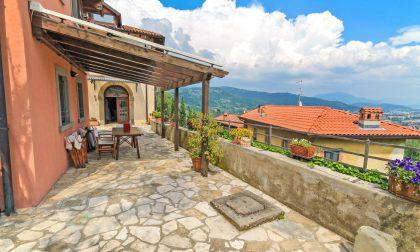 Una terrazza con una casa attorno e tutta la meraviglia di Castagneta