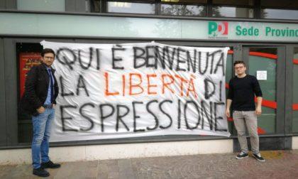 Pd, uno striscione contro la censura «Benvenuta libertà di espressione»