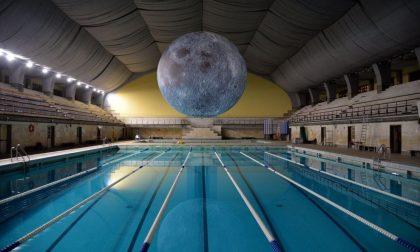 Nuotare di notte nella Luna La magia in una piscina a Milano