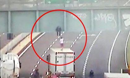 L'eroico gesto del camionista e l'abbraccio che ci teniamo stretti