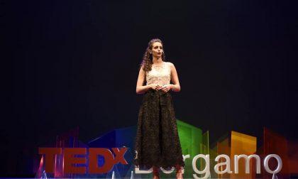 Il discorso di Ilaria al TEDxBergamo in cui spiega col sorriso la sordità