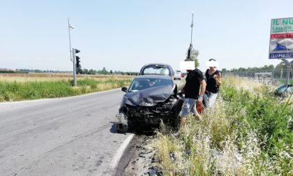 Black-out spegne un semaforo Schianto tra due auto all'incrocio