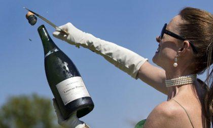 Francesca, che armata di sciabola insegna i segreti dello Champagne