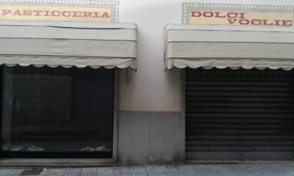 Nembro, i negozi chiusi in centro sono un «ricettacolo di sporcizia»