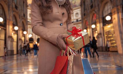Regali, il 65% dei bergamaschi li compra (ancora) in negozio