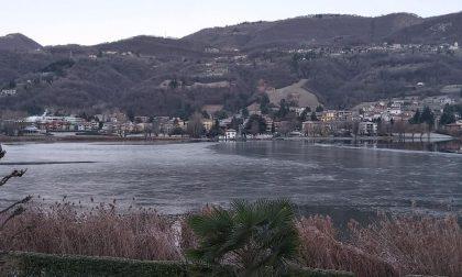 Il lago di Endine inizia a ghiacciare: nessun divieto di pattinaggio (chi si prende la responsabilità?)
