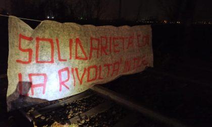 La linea Milano Centrale-Bergamo bloccata da una protesta di solidarietà verso la rivolta in Cile