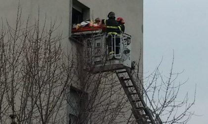 """Malore per un 80enne in carrozzina: """"prelevato"""" dalla finestra al 4° piano dai Vigili del fuoco"""