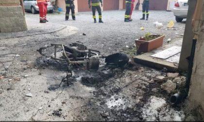 Lite accesa tra vicini: incendiata una moto, colonna di fumo desta l'allarme