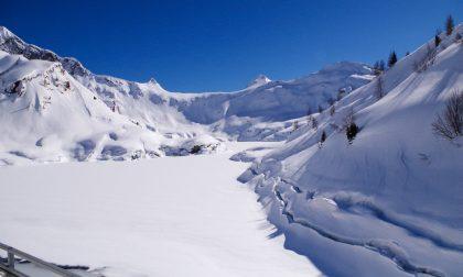 Tra la neve fino ai Laghi Gemelli, per scoprire un eterno abbraccio tra due innamorati