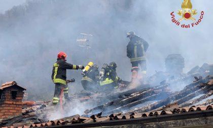 Incendio a Grone distrugge il tetto di una casa. In azione sei mezzi dei Vigili del Fuoco
