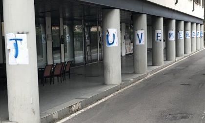 Poesie contro «Juve m***a»: è l'avvincente guerra sui muri in corso a Osio Sotto