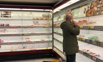 Il panico scatena l'assalto ai supermercati. Code di oltre un'ora alle casse e scaffali vuoti