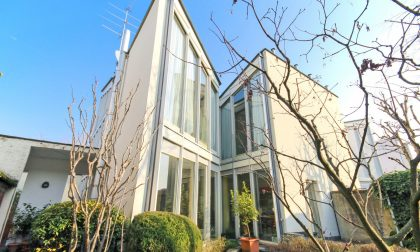 A Gorle è in vendita una villa d'autore immersa in un museo dell'architettura a cielo aperto