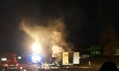 Camion prende fuoco a Palazzolo. Chiusa la A4 per Milano