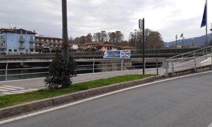 Tagliato nella notte lo striscione che univa bergamaschi e bresciani sul ponte di Sarnico