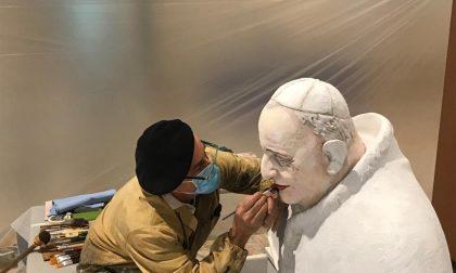 Il busto ritrovato e ridipinto di Papa Giovanni, che veglierà sull'ospedale alla Fiera