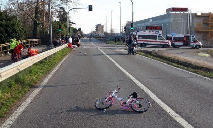 Tragedia sfiorata ad Azzano: bimba di 5 anni travolta da una moto mentre andava in bici