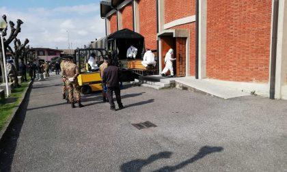 L'Esercito porta via i corpi delle vittime per la cremazione anche a Seriate