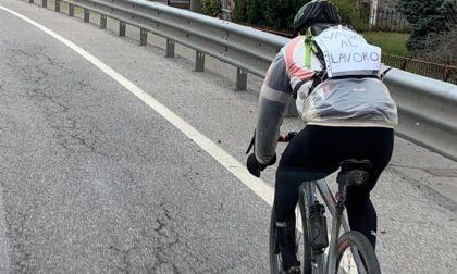 Da Clusone a Pedrengo in bici per lavoro, eppure lo insultano tutti lo stesso