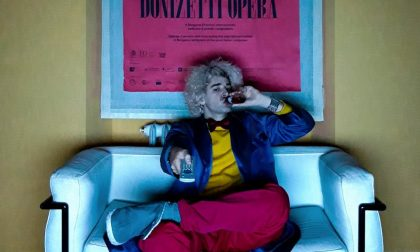 Pubblico online in ghingheri per il gala sul sofà del Donizetti Opera