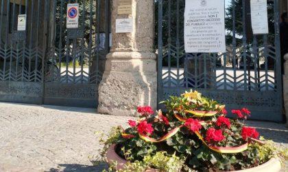 Pacchi alimentari di Da Vittorio e fiori freschi al cimitero: la Pasqua firmata Palazzo Frizzoni