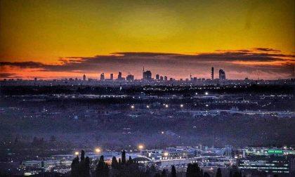 La foto (virale) dello skyline di Milano da Città Alta non è un fake. È soltanto stupenda