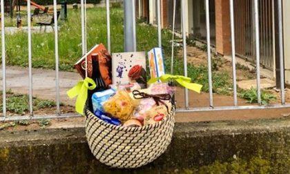 La cesta solidale messa da tre amiche in via Sempione, per essere uniti anche se distanti