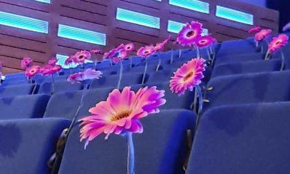 Una fiaba nelle famiglie e un concerto nel teatro con un fiore per ogni vittima: Nembro non dimentica