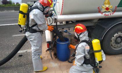 Autocisterna perde idrocarburi sulla A4. Sul posto i vigili del fuoco