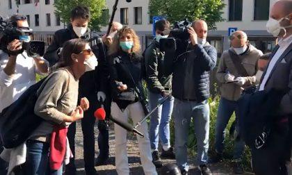 Lo sfogo e il pianto disperato di una donna fuori dall'ospedale di Alzano Lombardo