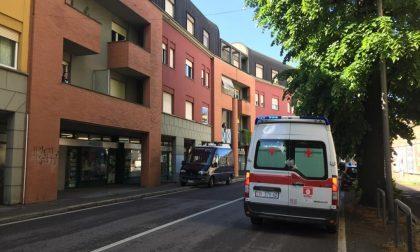 Rapina in un negozio di pannolini a Treviglio, ferita a un braccio la giovane titolare