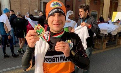 Storia di Damiano Belliotti, che ha completato una maratona correndo nel giardino di casa