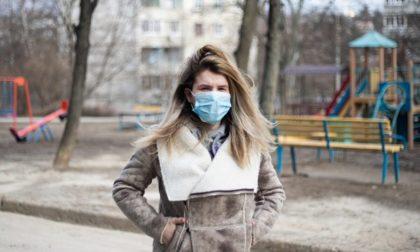 In Lombardia resterà l'obbligo di usare mascherine (o sciarpe e foulard) anche all'aperto
