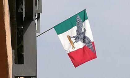 A Cisano espone Tricolore fascista. Denunciato, ammette: «Sono fascista»