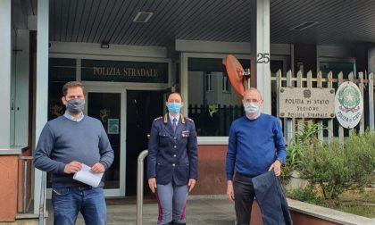 La Polizia di Bergamo dona 419 jeans (sequestrati) al Patronato e alla Don Milani