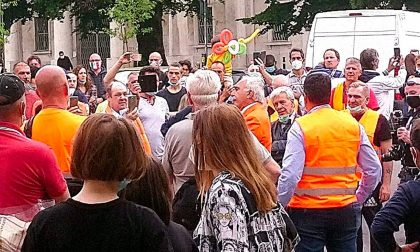 Raduno dei gilet arancioni senza mascherine. Verranno tutti multati
