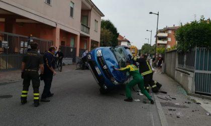 Auto colpisce un'ambulanza e si ribalta. Paura a Trezzo sull'Adda