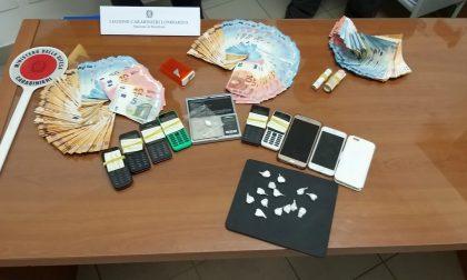 In macchina 15 dosi di cocaina e a casa oltre 11mila euro. Arrestato spacciatore 38enne