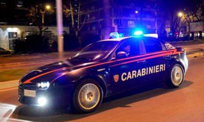 Danneggia due automobili, rompe il naso a un passante e si scaglia contro i carabinieri